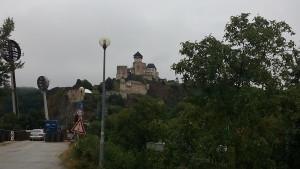 Na Trenčiansky hrad sme mali výhľad, aj kým sme čakali na kyvadlovku z ostrova. Foto:KB